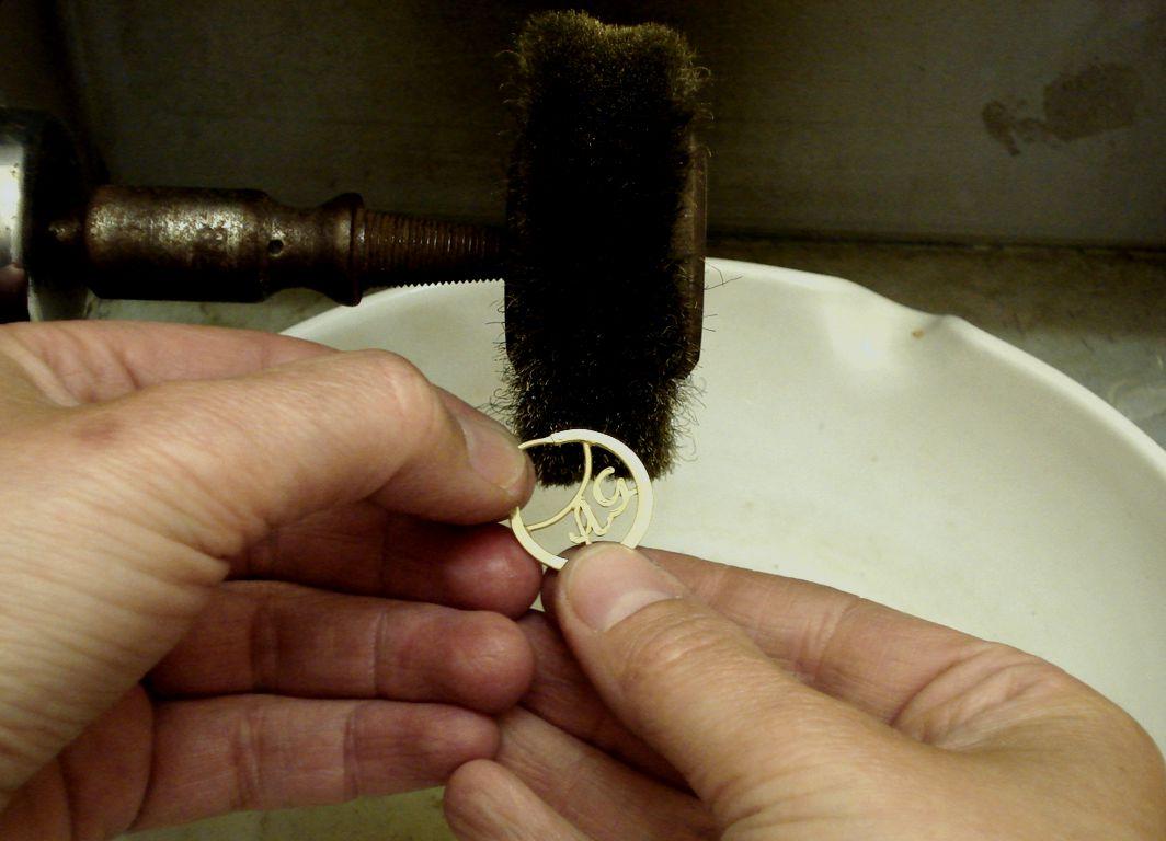 Kratzen mit einer Messing Bürste am Motor